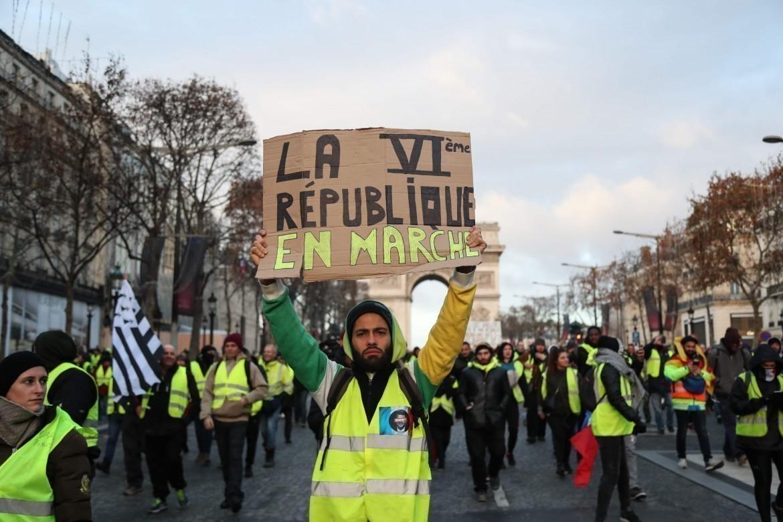 Gilet gialli in protesta, Macron alle strette