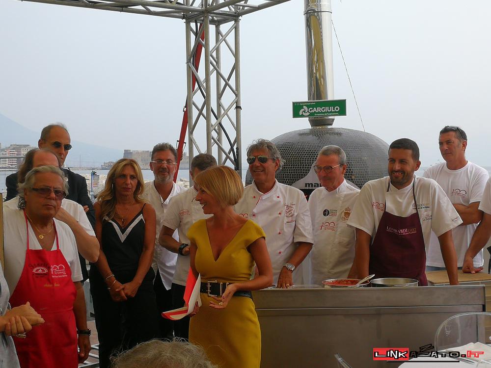 La giornalista Valentina Castellano nel corso della premiazione all'Unione pizzerie storiche le Centenarie